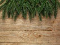 Ель рождества с украшением на предпосылке деревянной доски с космосом экземпляра Стоковое Изображение RF