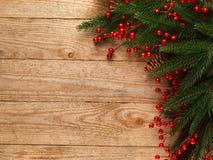 Ель рождества с украшением на предпосылке деревянной доски с космосом экземпляра Стоковая Фотография