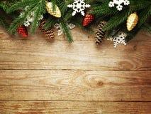 Ель рождества с украшением на предпосылке деревянной доски с космосом экземпляра Стоковое Изображение