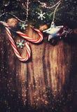 Ель рождества с украшением на темной деревянной доске в vin Стоковые Изображения