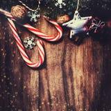 Ель рождества с украшением на темной деревянной доске в vin Стоковые Фото