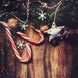 Ель рождества с украшением на темной деревянной доске в vin Стоковая Фотография