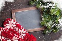 Ель, mittens и доска рождества для ваших приветствий Стоковое Изображение