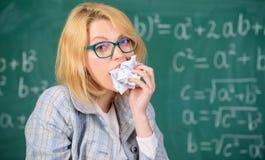 Жажда знания Голодно для знания Она подготавливает для еды ее обработки документов Учитель женщины ест скомканный кусок бумаги стоковые фотографии rf