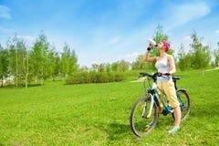 Жажда велосипедиста выполняя Стоковое Фото