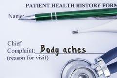 Жалоба боли тела Бумажная форма истории здоровья, которая написана на жалобе пациентов главной боли тела, окруженная a стоковая фотография rf