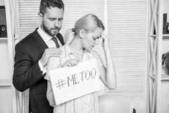 Жалоба штурма дискриминации Женская статистика штурма Hashtag плаката владением девушки я тоже пока коллега утихомиривает вниз стоковое изображение