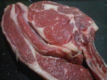 Жалуйтесь мясо carvery сырцовое на чистом worktop кухни стоковые изображения