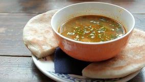 Жалуйтесь суп с тортами на таблице в ресторане сток-видео
