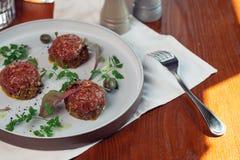 Жалуйтесь тартар с яичком на каменной плите Томаты вишни Розмари специя Стоковое Фото