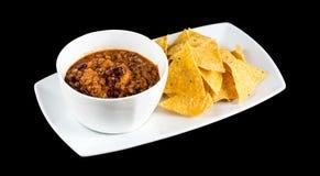 Жалуйтесь carne жулика чилей при Nachos изолированные на черной предпосылке стоковое фото
