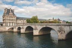 Жалюзи и мост в Париже стоковая фотография
