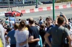 Жара быстрого хода Феррари гоночного автомобиля города Москвы участвуя в гонке красная стоковая фотография