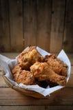 Жареная курица в корзине Стоковые Фотографии RF