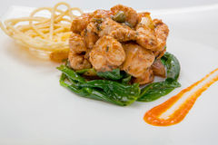 Жареная курица в сладостном и кислом соусе с французскими фраями Стоковые Изображения RF