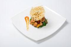 Жареная курица в сладостном и кислом соусе с французскими фраями Стоковые Изображения