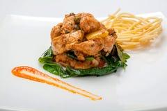 Жареная курица в сладостном и кислом соусе с французскими фраями Стоковое Изображение RF
