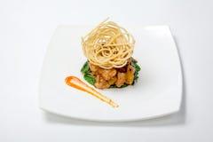 Жареная курица в сладостном и кислом соусе с французскими фраями Стоковые Фотографии RF