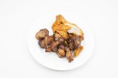 Жареная курица и зажаренный свинина на белизне блюда на белизне Стоковая Фотография RF