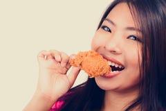 Жареная курица молодой женщины сдерживая стоковые изображения rf