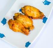 Жареная курица на белой плите на предпосылке стоковое изображение rf