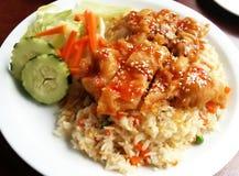 Жареная курица над жареными рисами Стоковые Изображения