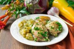 Жареная курица с баклажанами на керамической плите : стоковые фотографии rf