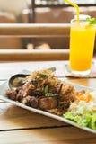 Жареная курица с лимонным соргом с апельсиновым соком Стоковые Изображения RF