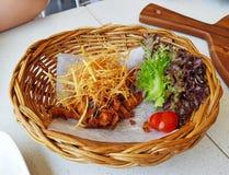Жареная курица с кудрявой травой лимона в корзине weave стоковая фотография