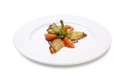 Жареная курица с томатом салата баклажана на белой предпосылке Стоковое фото RF
