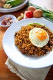 Жареные рисы Индонезии Nasi Goreng с яичком на белой плите Стоковые Изображения