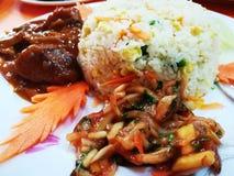 Жареные рисы, карри цыпленка & салат стоковое изображение rf