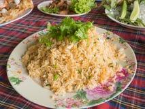 Жареные рисы креветки на белой плите, на таблице Стоковая Фотография
