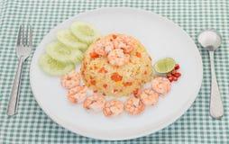 Жареные рисы креветки на белой плите Стоковые Фото