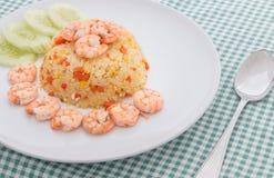 Жареные рисы креветки на белой плите Стоковое Изображение