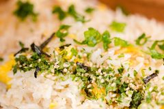 Жареные рисы на деревянной плите Стоковая Фотография RF