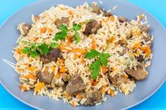 Жареные рисы с говядиной на плите Стоковые Изображения