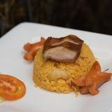 Жареные рисы с зажаренными свининой и сосиской Стоковые Изображения