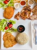 Жареные рисы с карри зеленого цвета цыпленка стоковые фото