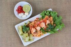 Жареные рисы с креветкой на зеленом красном цвете Взгляд сверху Стоковое Изображение