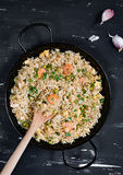Жареные рисы с креветкой на темной предпосылке Стоковые Изображения RF