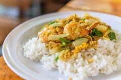 Жареные рисы с порошком карри стоковое фото rf