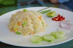 Жареные рисы с посоленными рыбами Стоковая Фотография RF