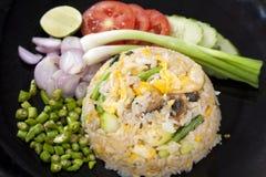 Жареные рисы с подачей креветок с свежим овощем Стоковое Изображение RF