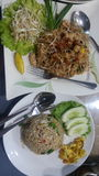 Жареные рисы с свининой и пусковой площадкой тайскими Стоковое Изображение
