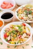 Жареные рисы с тофу, лапшами с овощами и травами Стоковые Изображения RF