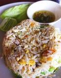 Жареные рисы с яичком, кислой сосиской свинины и листовой капустой Послуженный с Tha Стоковые Изображения