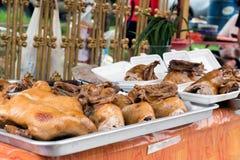 Жареные цыпленки/утки на на открытом воздухе уличном торговце в Пхукете, Таиланде стоковое фото rf
