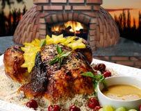 Жареный цыпленок в древесин-увольнятьое стоковая фотография rf