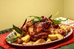 Жареный цыпленок на кровати картошек жаркого на диске Стоковое Фото